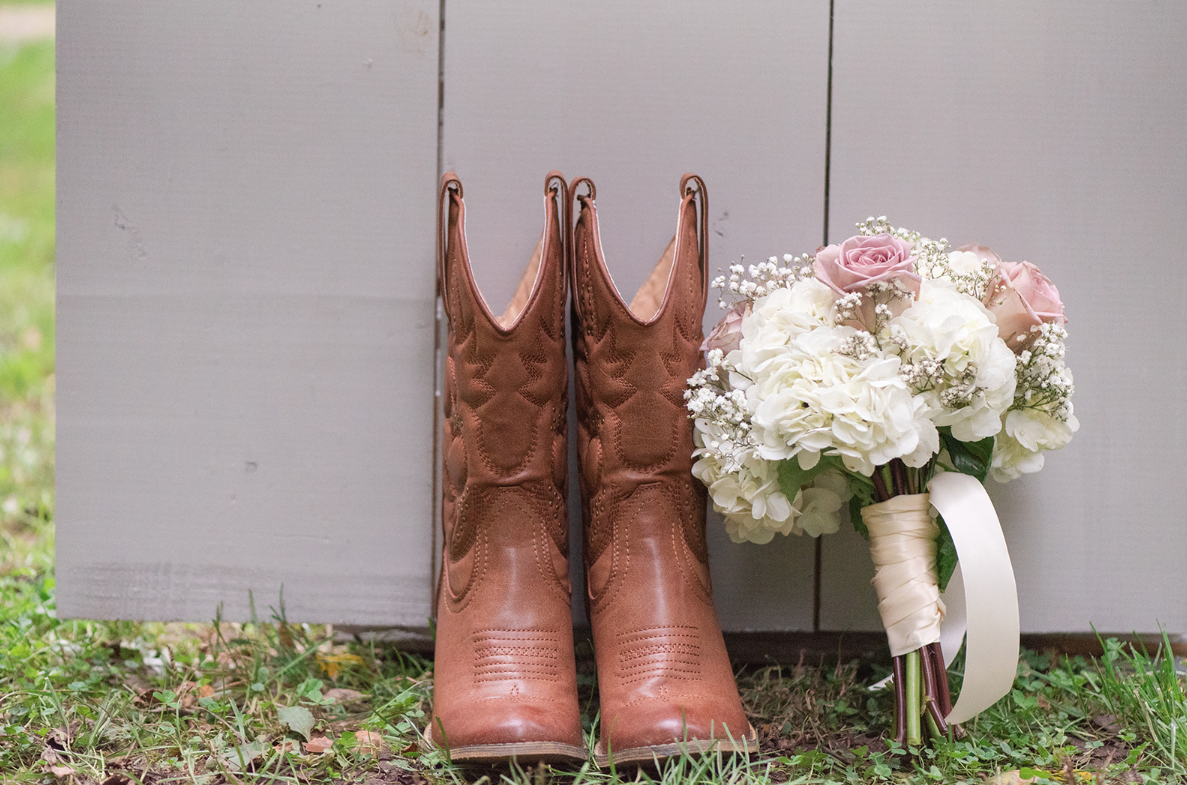 Daphne and Rusty : A Romantically Rustic Chic Wedding